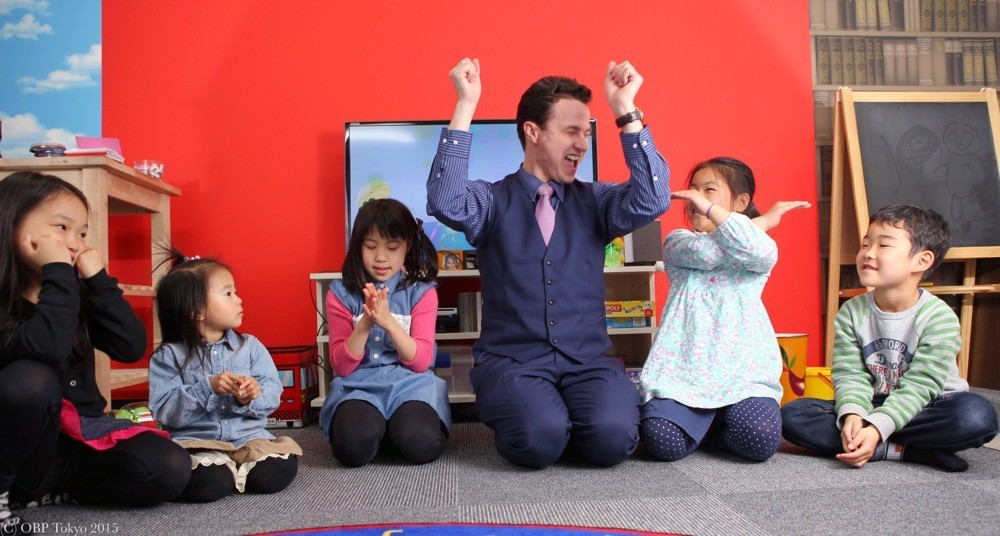 千葉中央で子供は床で英語ゲームで楽しく英語を練習する